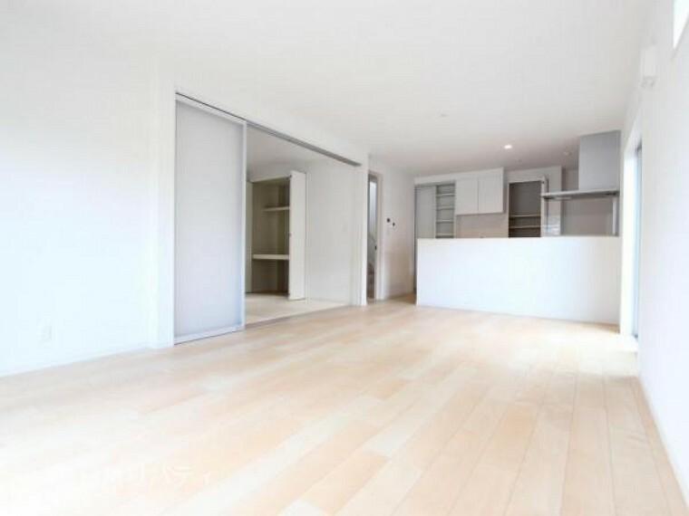 居間・リビング LDKは隣の和室とつなげると更なる大空間!!