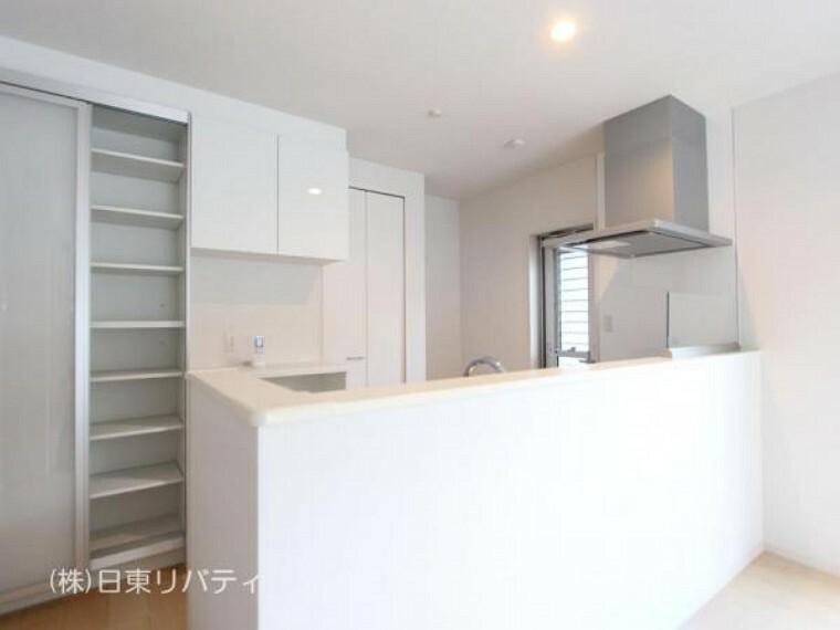 ダイニングキッチン カップボード付のキッチンには食洗機や浄水器を完備。