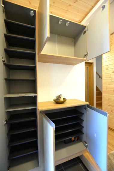 収納 大容量収納力を備えた、玄関収納も設置済み。 上段には高さのある靴以外にも、ボールやラケットなど外用の遊具もしまえて便利です。