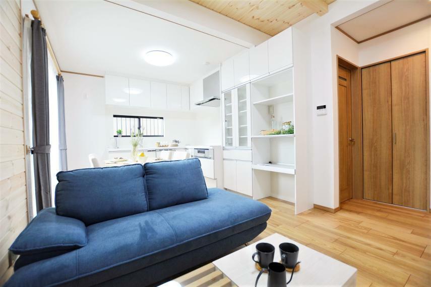 居間・リビング ダイニング・リビング部分の2箇所に床暖房有。人の動きに合わせてオンオフを切り替えられるので経済的です。