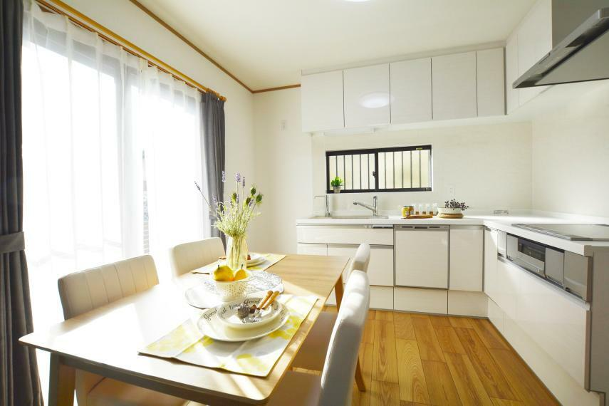 ダイニングキッチン L型の壁付けキッチンは、冷蔵庫と作業台・テーブルを行き来しやすくお料理がはかどります。ちょっとしたおつまみなども、テレビの合間にパパっと作れて、家族の会話が弾むリビング空間に。