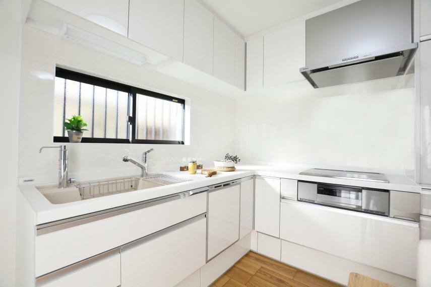 キッチン (パナソニックキッチン:ラクシーナ)家事をとことん楽するキッチン、素材や形状にこだわり、清掃性を高めています。