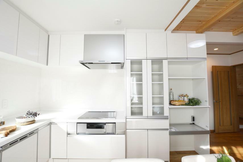 キッチン 同シリーズの食器棚を設置済。たくさんの食器・調理家電をスッキリ収納できます。下部オープンタイプの棚にはゴミ箱を収納でき、同線の邪魔にならず、見た目にも綺麗にキッチンをご使用いただけます。