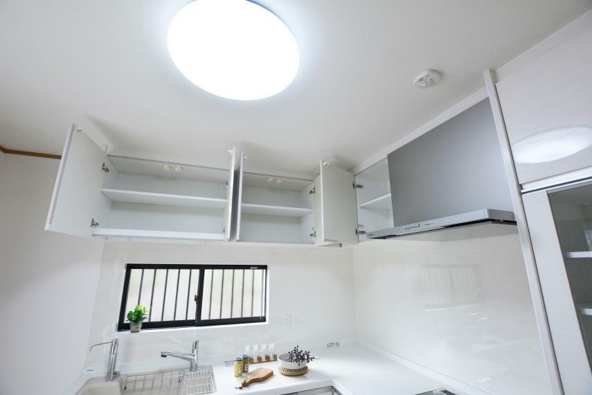キッチン キッチン上部の吊戸棚。幅のあるホットプレートなどの収納にも便利ですね。