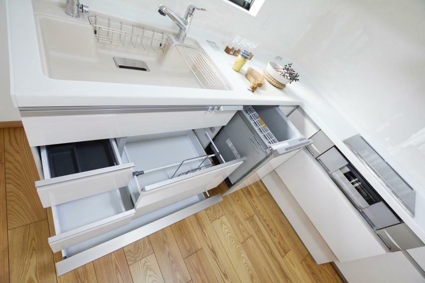 キッチン 大容量深型・フルオープンタイプの食器洗浄乾燥機付き。3口IH両面焼きグリル仕様。クッキングコンセント、スキマレスシンク、すっきりスクエアフォルムで底面フラット設計のお掃除ラクラクスマートフードなどなど、細部にこだわりの詰まったシステムキッチンです。