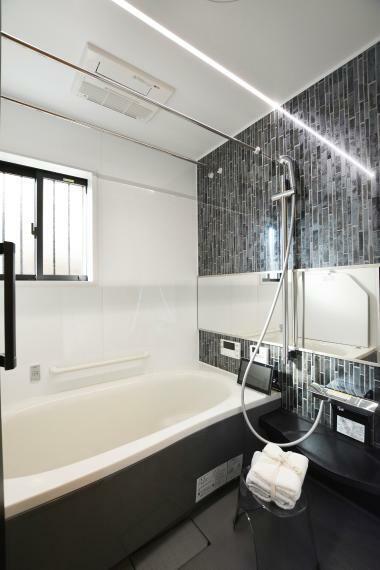 浴室 (パナソニックバスルーム:オフローラ)浴室暖房乾燥機付。スゴピカ素材・パールの輝きをまとった美しい人造大理石の浴槽。床の隅に目地がなく汚れが落ちやすいスミピカフロア。スタイリッシュなフラットラインLED照明。
