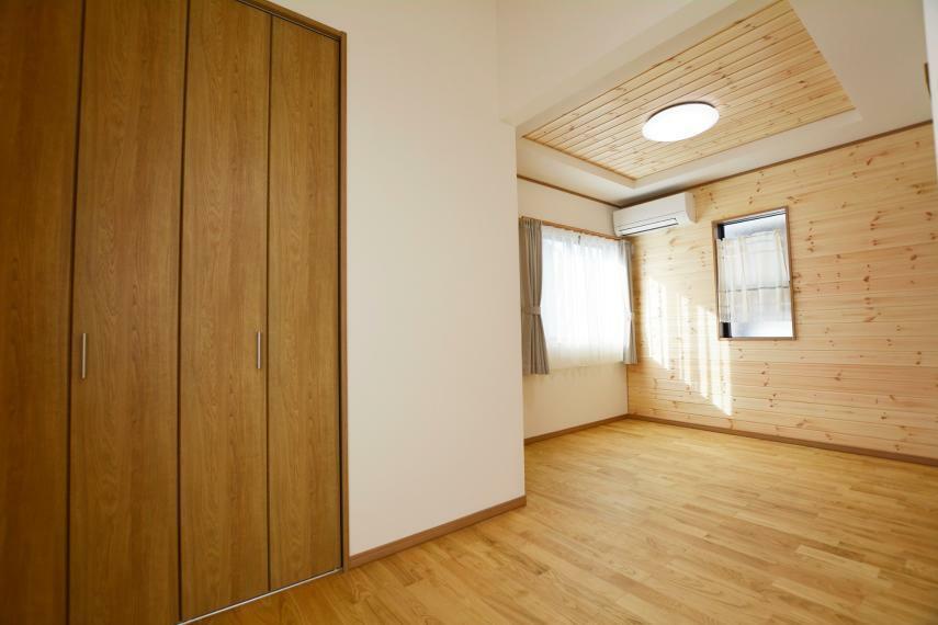 洋室 (洋室4.5帖・5帖)ご家族様の人数や使用途により、壁を設けて2部屋にもできるお部屋です。無垢板のフローリングで素足で心地よく過ごせるプライベートルーム。