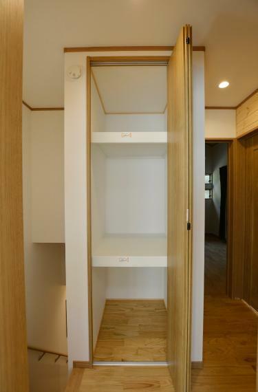 収納 二階廊下のクローゼット。冬物のお布団や季節家電の収納に便利ですね。