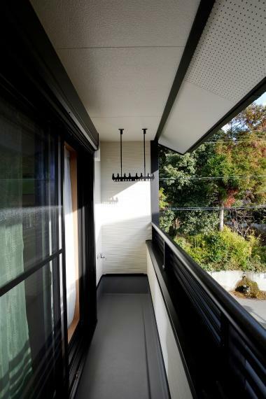 バルコニー 壁に囲まれたインナーバルコニーは、通りからの視線を遮りお洗濯ものを干すことができます。屋根にすっぽりと覆われ、突然の雨にも安心ですね。