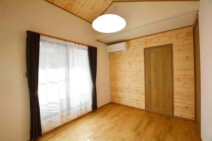 洋室 (洋室6帖)ベランダに面した6帖の居室。全室にエアコン設置済み、カーテンレール・カーテンも設置済みですので、追加工事の心配もありません。