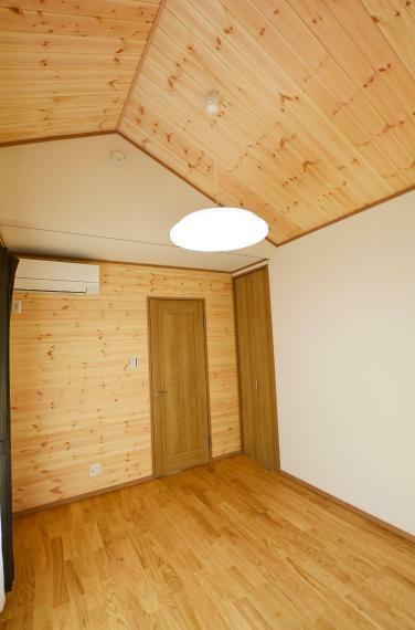 洋室 (洋室6帖)無垢板の勾配天井で開放感のあるお部屋です。