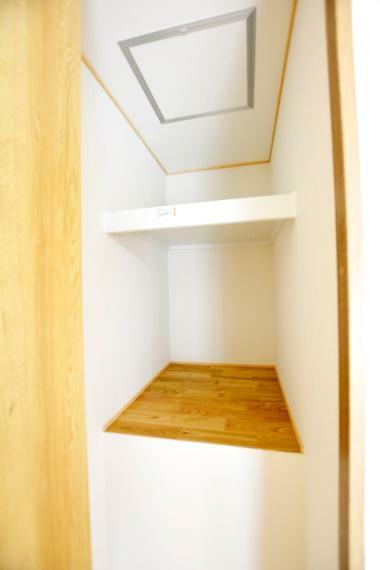 収納 (洋室6帖)階段上のスペースを利用した奥行きのあるクローゼット。