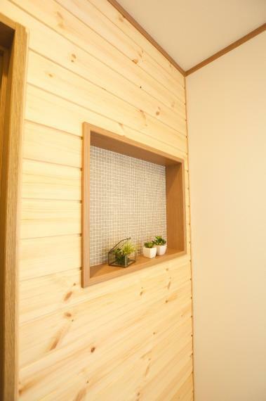 二階廊下の無垢板張りの壁には、小物を飾れるニッチ棚を造作。お気に入りの小物を並べたり、小さな観葉植物を育てたりなどなど、ちょっとしたインテリアを楽しめます。