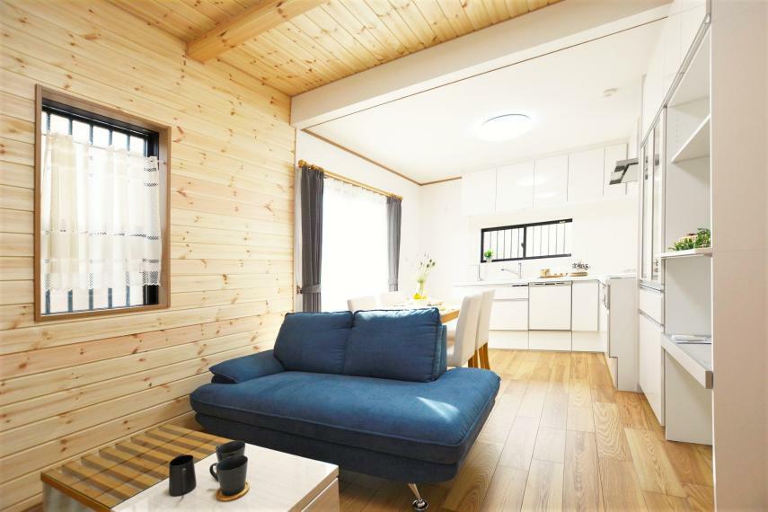 居間・リビング ご見学ご予約お気軽に!ぜひ実際に木の家を体感いただき、ご検討ください。