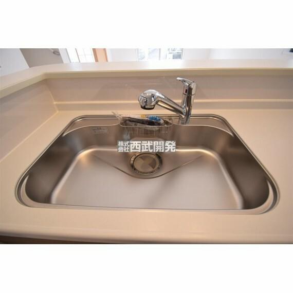 キッチン キッチンの蛇口には浄水器を内蔵。伸縮ノズルでシンクのお掃除にもお役立ち!