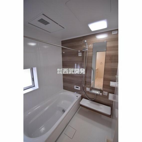 浴室 換気乾燥機付きの浴室は、雨の日でも洗濯物が乾かせる優れもの、梅雨の時期でも安心ですね。