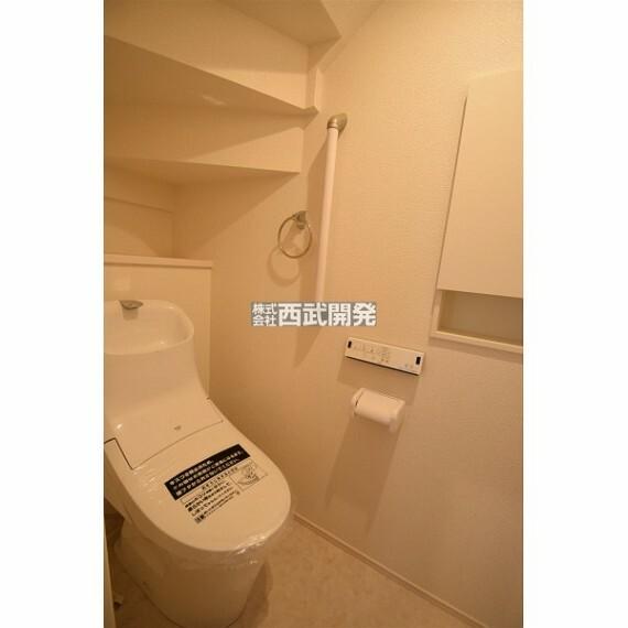 トイレ もちろん温水洗浄機能付きトイレです。手すりも付いているので安全ですね。