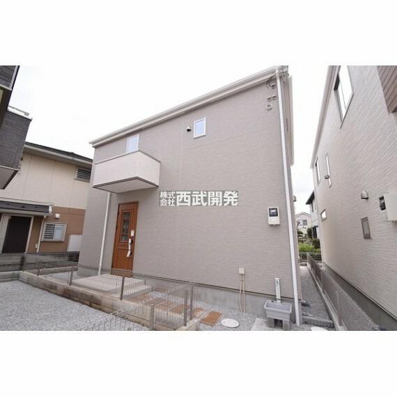 現況外観写真 外壁には「サイディング」を採用。凹凸のある表面加工は、家の表情がとても豊かになります。