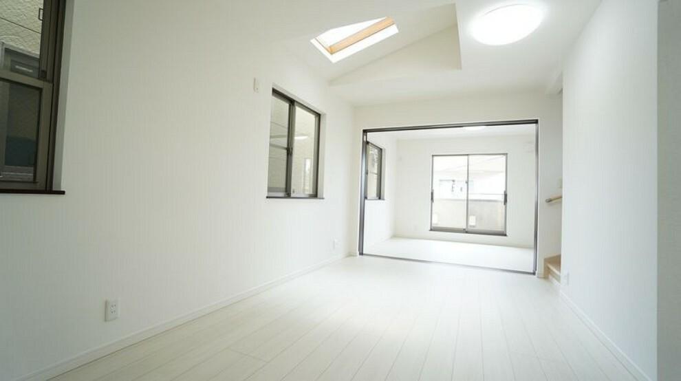 居間・リビング LDK横の6.23帖のの部屋を合わせると17.73の広々としたリビングとしてお住まい頂けます。