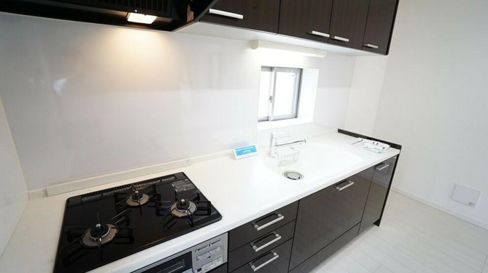 キッチン 収納豊富なシステムキッチンには浄水器、安心センサー付ガスコンロ。浄水器はビルトインタイプ。