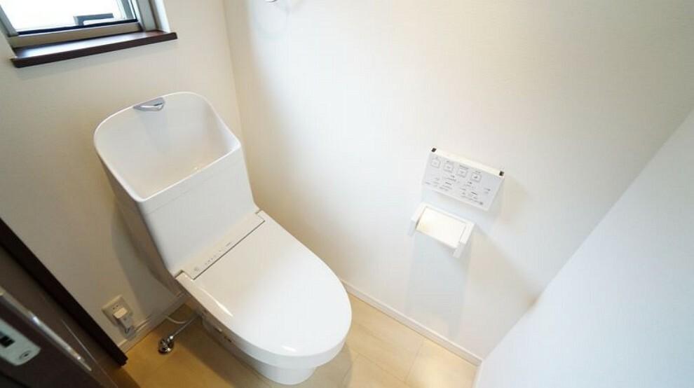 トイレ 1階と2階にトイレございます。2階のトイレは便利な洗面台付き。