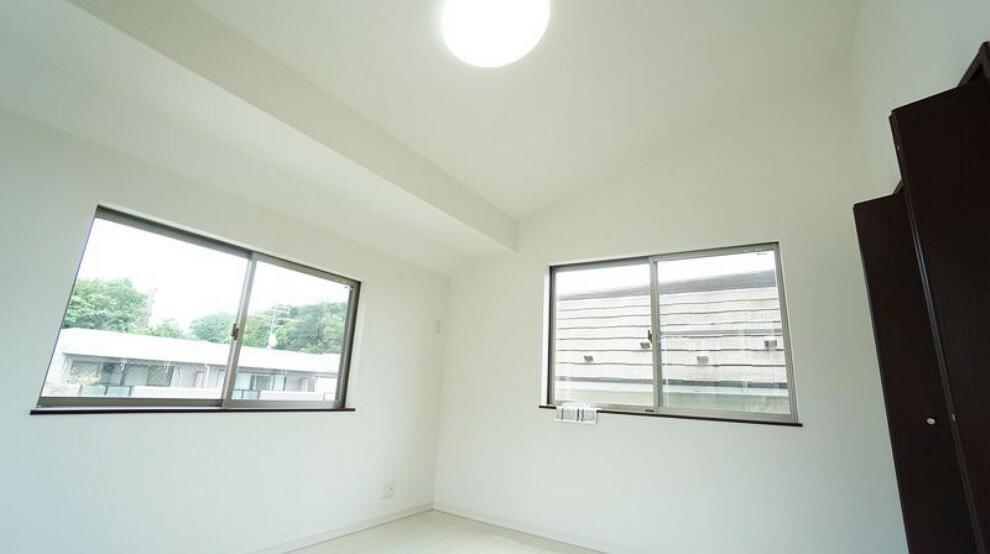 勾配天井を活かした洋室7帖。三面採光で陽当たり、通風良好です。