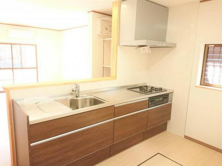 キッチン 【リフォーム済】 キッチン  キッチンは永大産業製のシステムキッチンに新品交換しました。 収納は引き出し式で、大きなお鍋やフライパンもすっきり片付きます。