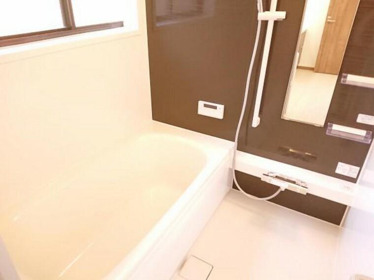 浴室 【リフォーム済】 浴室 浴室は1坪タイプのハウステック製ユニットバスに新品交換しました。 1坪の広々した浴槽で、足を伸ばしてゆったり半身浴が楽しめます。毎日のお風呂が楽しみになりますね。