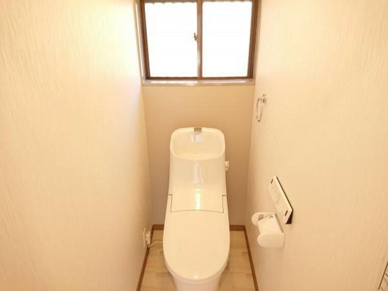 トイレ 【リフォーム済】 トイレ LIXIL製の温水洗浄便座トイレに新品交換しました。壁・天井のクロス、床のクッションフロアを張り替えました。 後方には小窓がありますのでそこを開ければトイレ内の換気もでき同時に柔らかな陽射しも確保できます。