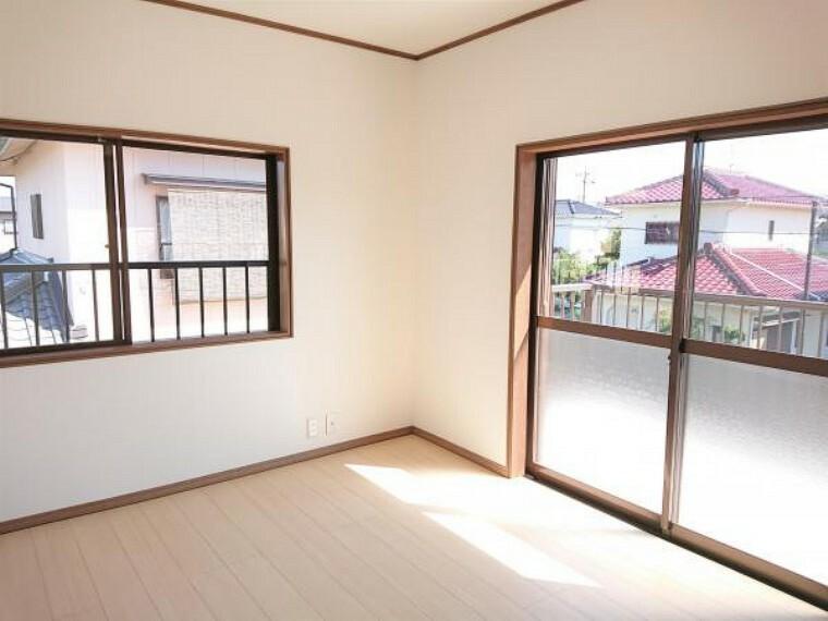 【リフォーム済】 2階西側6帖洋室 壁・天井クロス張替、床フローリング重ね張り、照明器具交換、火災報知機設置。 2面の窓からはあたたかな陽射しと心地いい風を確保。明るく気持ちのいい室内になっています。