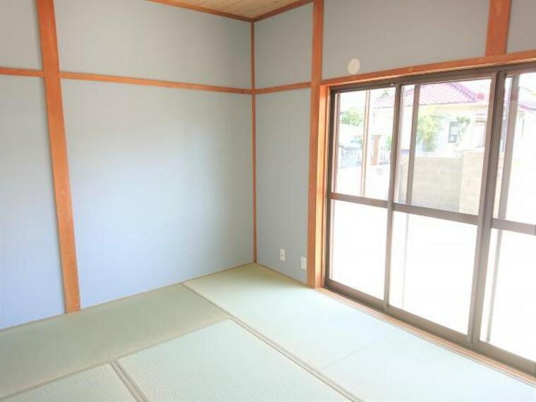 【リフォーム済】 1階南側6帖の和室です 畳は表替えし、ふすまを張り替えました。 南向きで陽当たりがいいので、ゴロンと横になりたいときには嬉しい空間です。