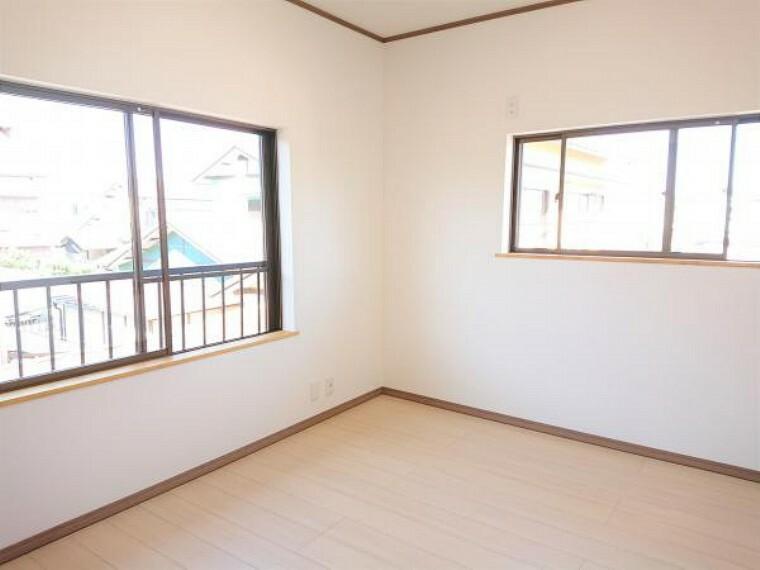 【リフォーム済】 2階北側6帖洋室(別角度) 壁・天井クロス張替、床フローリング重ね張り、照明器具交換、火災報知機設置。 2面採光の明るいお部屋です。子供部屋にいかがですか?