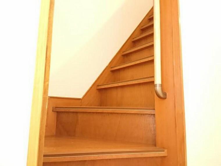 【リフォーム済】 2階に続く階段です。 お子様やご高齢の方に配慮して、新品の手すりを設置しました。 事故の起こりやすい階段の昇降を、より安全にできるように最大限配慮しています。