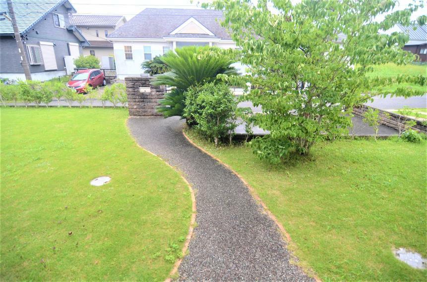 庭 玄関アプローチと南側の庭の様子