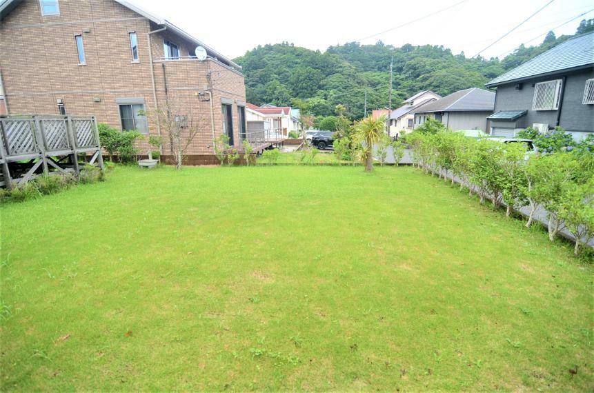 庭 南側にスッキリと広がる芝生の庭