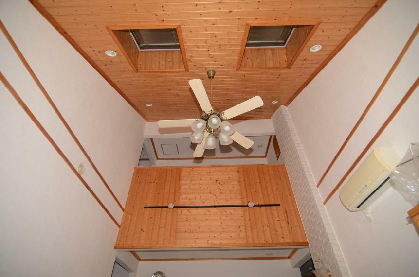 居間・リビング 天窓付きの吹抜け天井