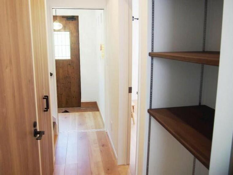 収納 廊下にも収納スペースがございます。