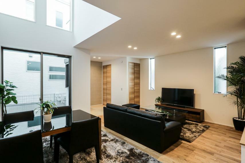 居間・リビング リビング上部の吹き抜けは開放感と心地よい光を届けてくれます。(2号棟)
