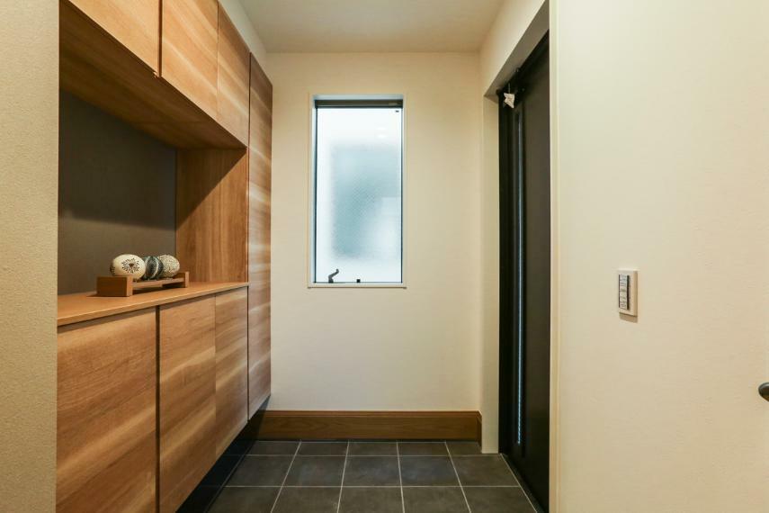 玄関 家族やお客様を迎える、落ち着いた雰囲気の玄関。(2号棟)