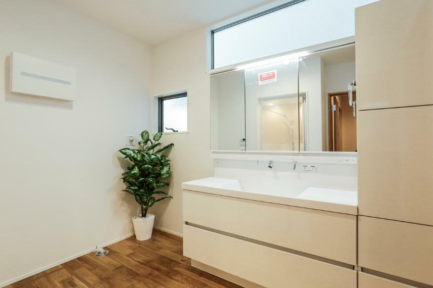 洗面化粧台 洗面室はホールとキッチンから出入りできる家事動線がスムーズな間取りです。(2号棟)