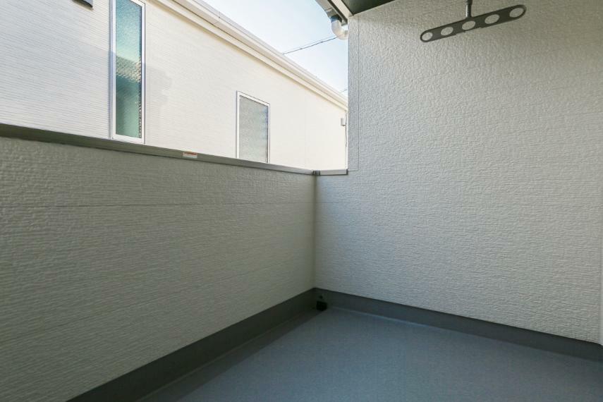 バルコニー 屋根があるのでイスやテーブルを置いてくつろぎスペースとしても利用可能なインナーバルコニー。急な雨でも安心です。(2号棟)