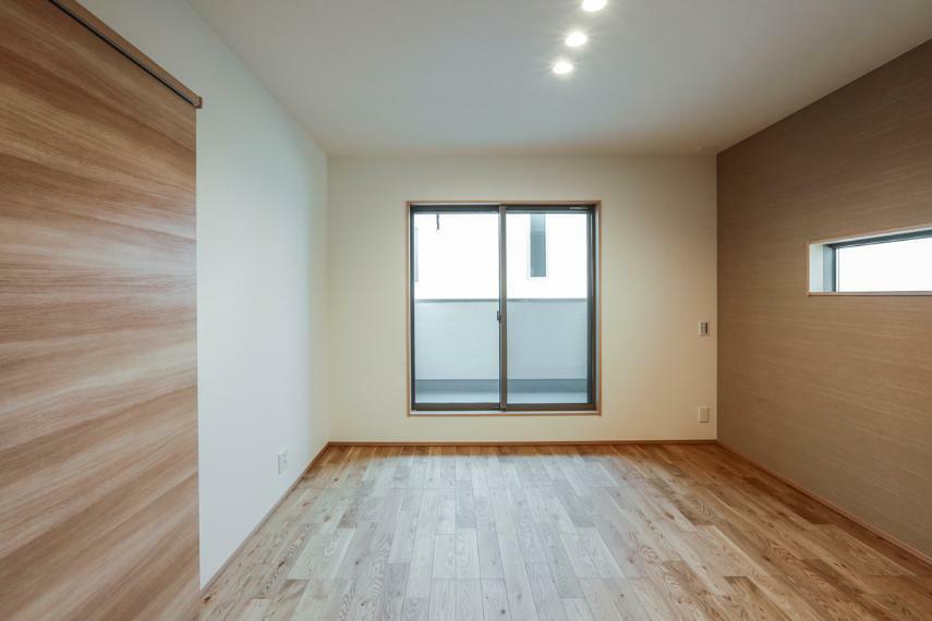 寝室 主寝室はナチュラルなアクセントクロス・ダウンライトを採用し、落ち着いた空間に仕上げました。(2号棟)