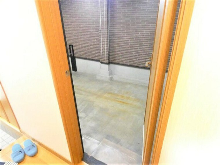 玄関 ガレージから直接入れるドアがございます。