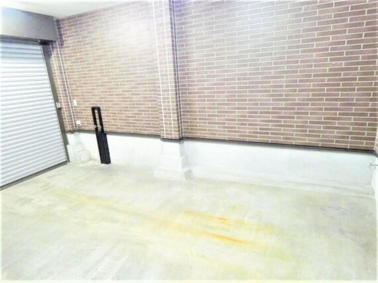 駐車場 ワンボックス駐車可能なシャッター付きのビルトインガレージです。