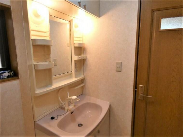 洗面化粧台 シャンプードレッサーです。手軽にシャンプーができ、お掃除もしやすいですね。