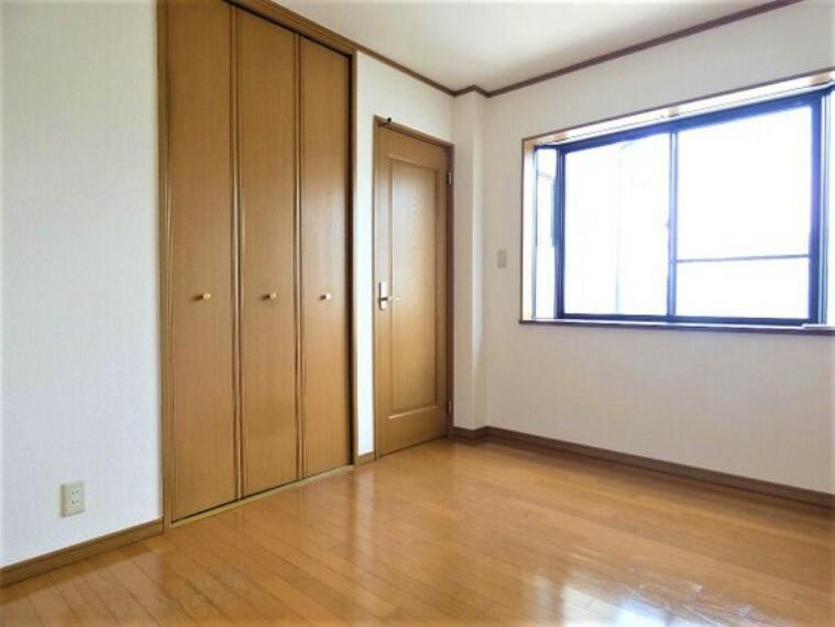 専用部・室内写真 約6帖の洋室です。出窓がございます。