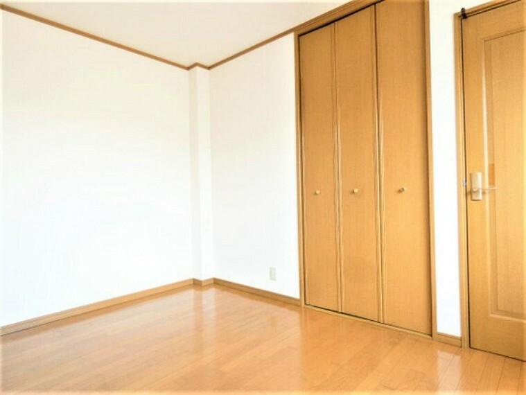 専用部・室内写真 クローゼットがございますので、お部屋がすっきり片付きますね。