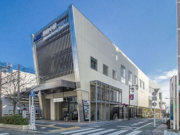 駅前には商業施設が充実しています。