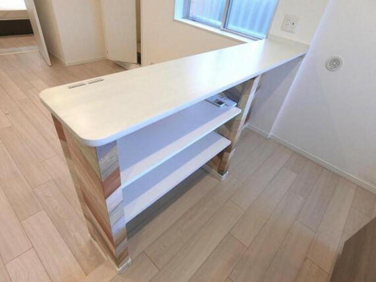 キッチン 棚付きで小物なども収納可能、生活感も隠せますね。