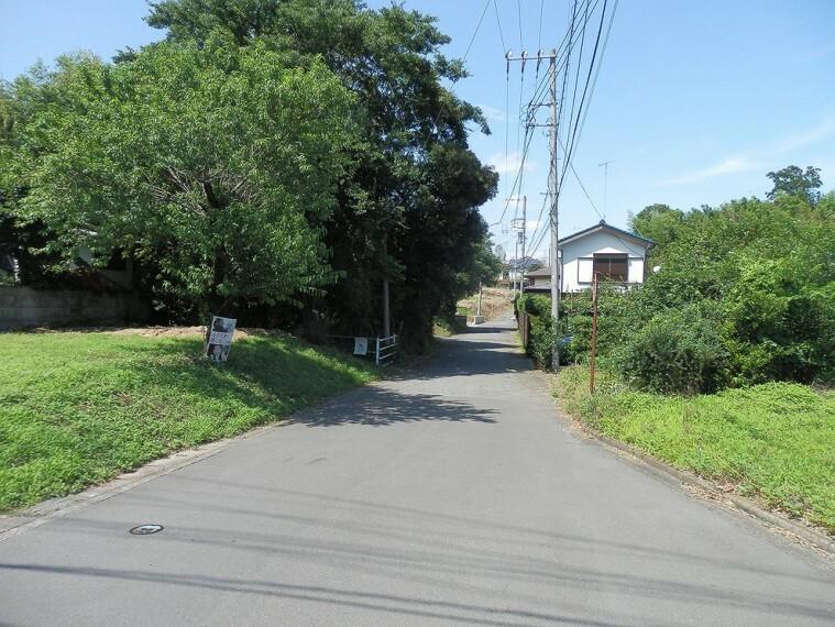 現況写真 車通りの比較的少ない前面道路